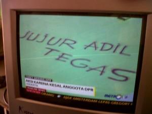 """""""Jujur, adil, tegas"""" yang ditulis Pong di atas atap gedung DPR"""