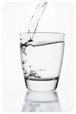Minum air putih dapat meredam nafsu makan berlebihan.